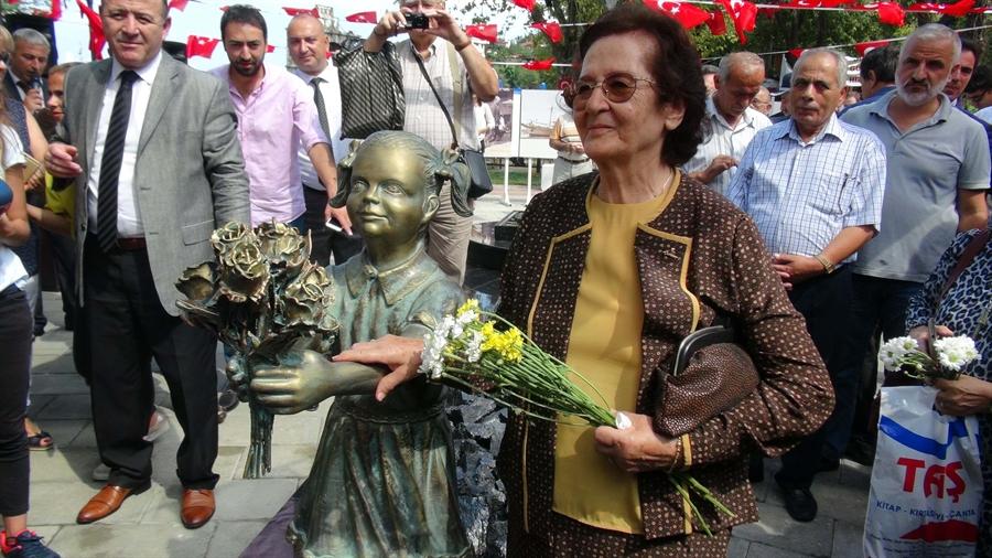 Resim Mustafa Kemal Atatürk'ü Çiçekle Karşılayan Ayten Alper'in Heykeli Açıldı